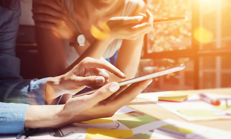 Medewerkers die Grote Besluiten nemen Jonge Zaken die het Moderne Bureau van Team Discussion Corporate Work Concept op de markt b stock afbeelding