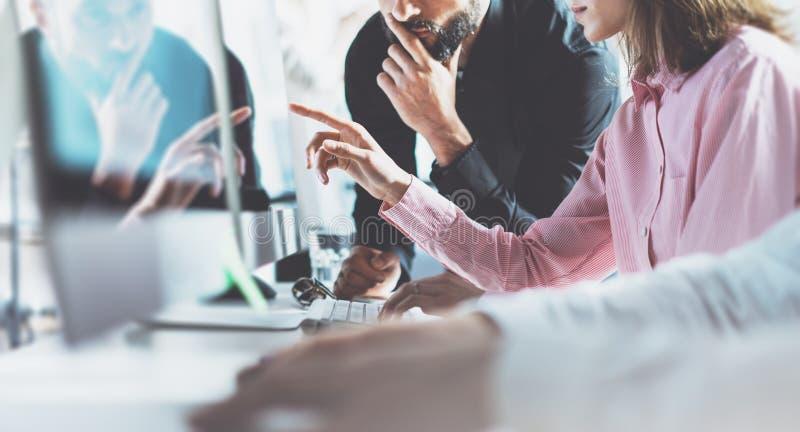 Medewerkers die proces modern bureau werken De projectleiderteam die van beeld nieuwe zaken bespreken Het jonge creatieve bemanni stock afbeelding
