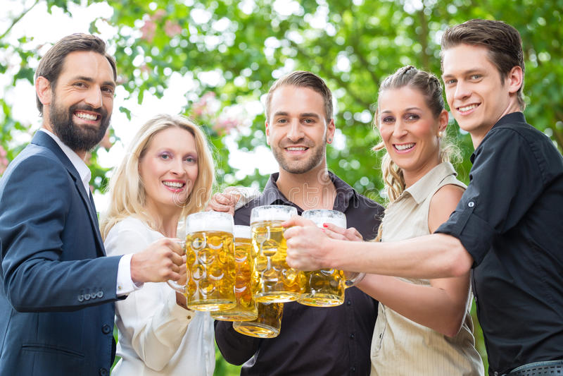 Medewerkers na het werk het drinken bier samen stock fotografie