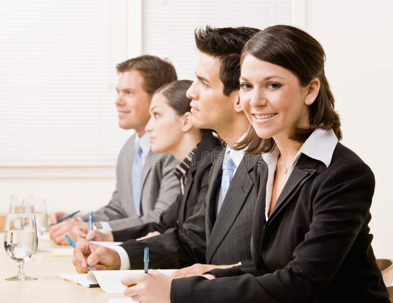 Medewerkers in vergadering stock afbeeldingen