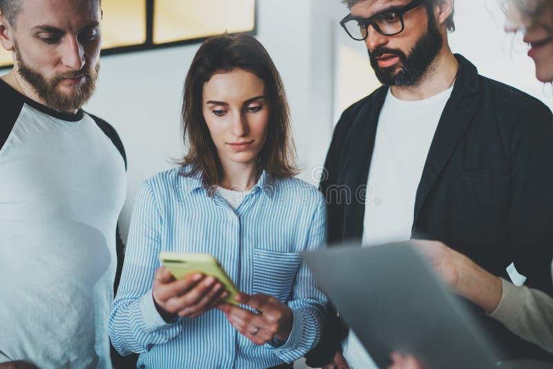 Medewerkersteam die met mobiele apparaten op modern kantoor werken Commercieel vergaderingsconcept stock afbeeldingen
