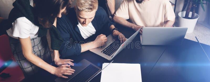 Medewerkersteam op het werk Groep jonge bedrijfsmensen die in in vrijetijdskleding in creatief bureau samenwerken wijd royalty-vrije stock foto
