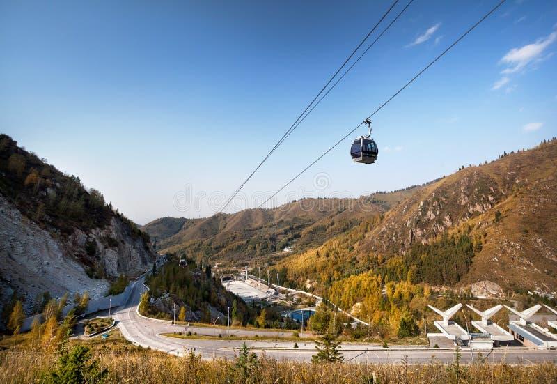 Medey som åker skridskor isbanasikt i Almaty fotografering för bildbyråer
