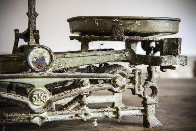 Medição antiga velha do peso e bens da cozinha imagens de stock