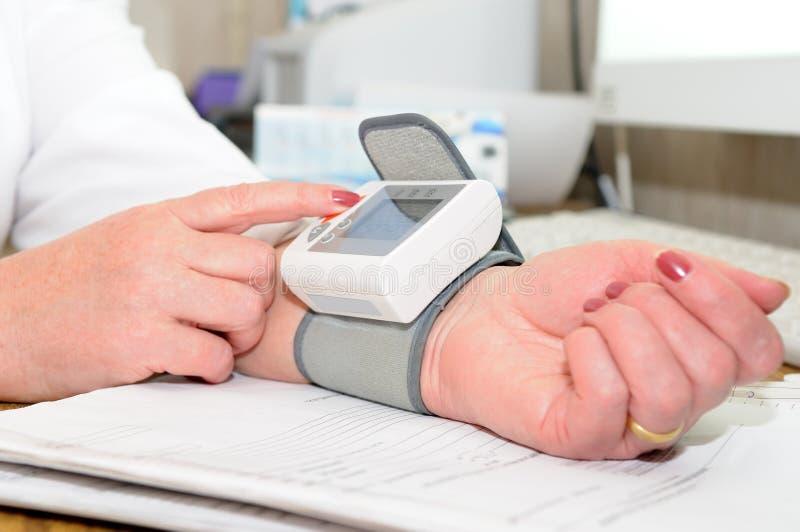A medição da pressão sanguínea imagem de stock royalty free