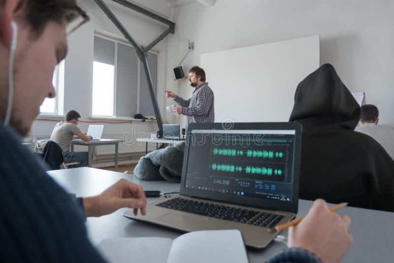 MEDIA, σχολείο ζωτικότητας Δημιουργία ηχητικών λωρίδων Διάλεξη στο μουσικό όργανο Μουσική εκπαίδευση Ενήλικοι στα masterclass στοκ εικόνες
