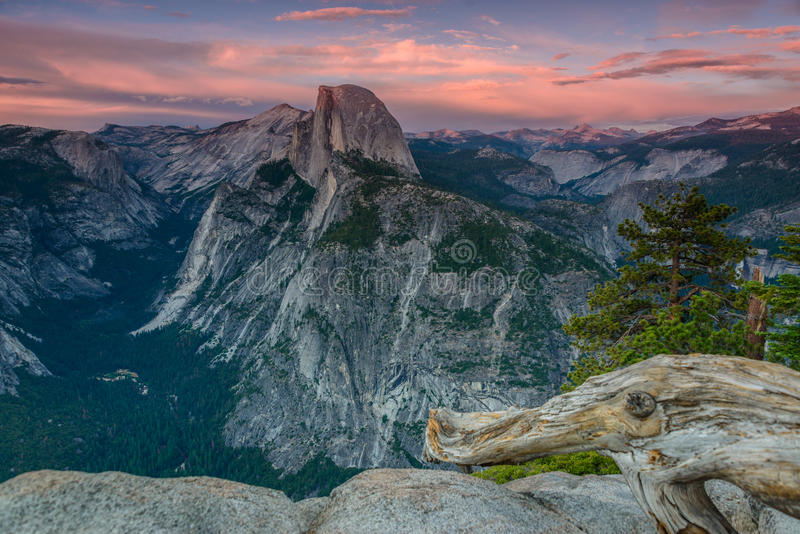 Media bóveda en el parque nacional de Yosemite imágenes de archivo libres de regalías