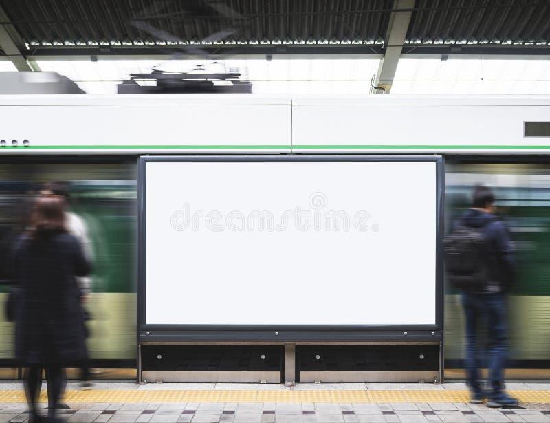 Media in bianco dell'insegna del tabellone per le affissioni nella stazione della metropolitana con vago fotografie stock