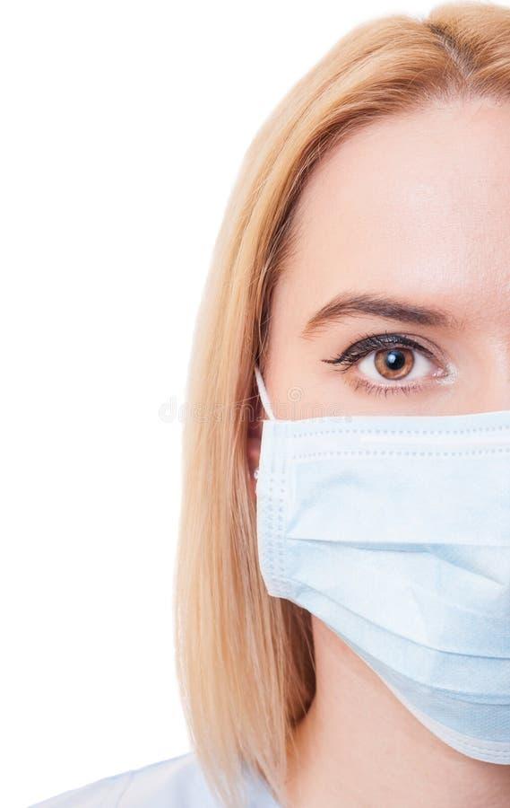 Media cara de un doctor de sexo femenino en el fondo blanco foto de archivo libre de regalías