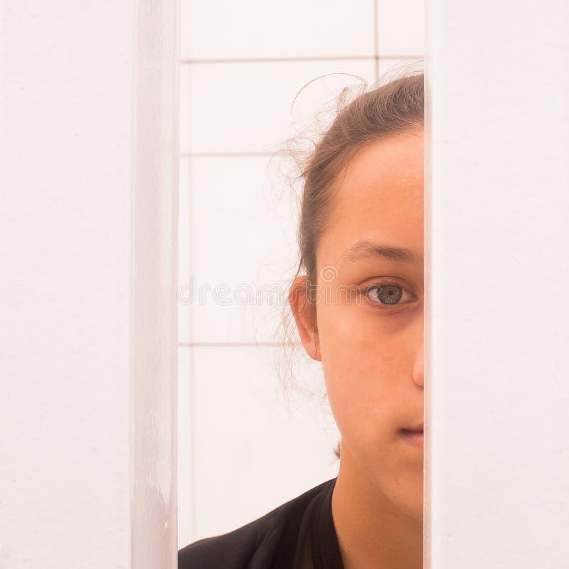 Media cara en de la cámara de mirada femenina bastante adolescente imágenes de archivo libres de regalías