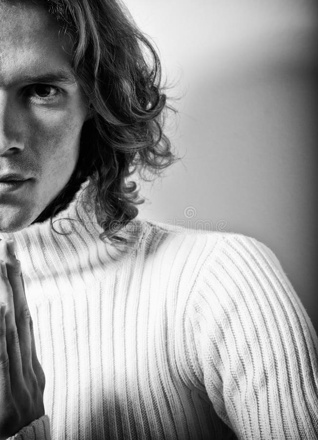 Media cara. Retrato del hombre hermoso de pelo largo fotos de archivo libres de regalías
