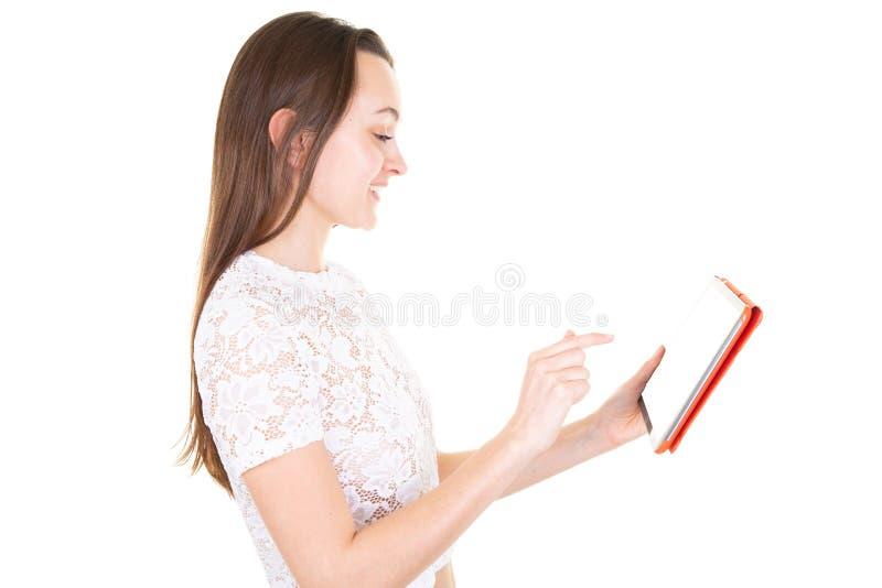 Media di sorveglianza della giovane donna esile che mostrano ad uno schermo della compressa spazio in bianco vuoto nel fondo bian fotografia stock libera da diritti