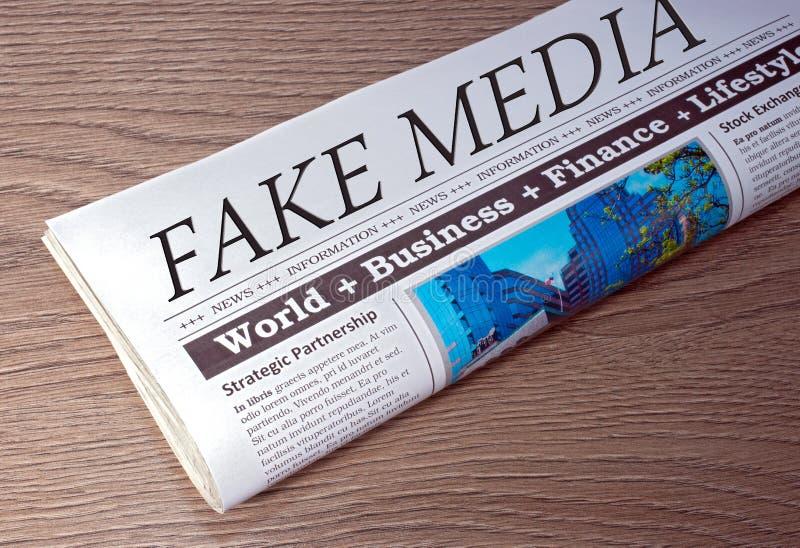 Media falsi - giornale sullo scrittorio nell'ufficio immagini stock libere da diritti