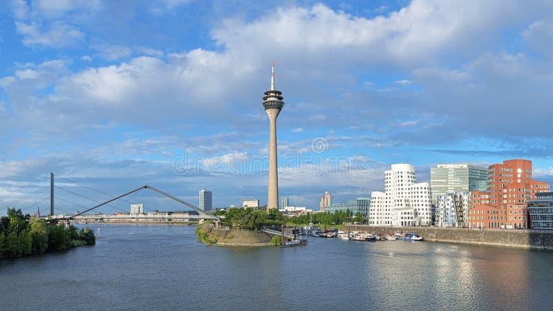 Media Haven in Dusseldorf met Rheinturm-de toren van TV, Duitsland royalty-vrije stock afbeelding