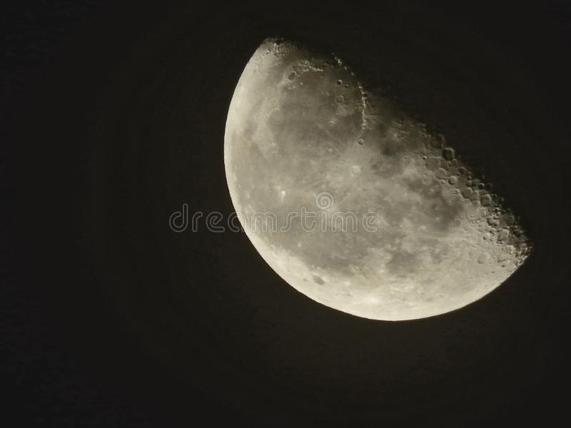 Media luna esta noche en Argelia imagenes de archivo