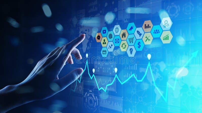 Media misti, analisi dei dati di business intelligence Icone, grafici e grafici sullo schermo virtuale Investimento e concetto co fotografia stock