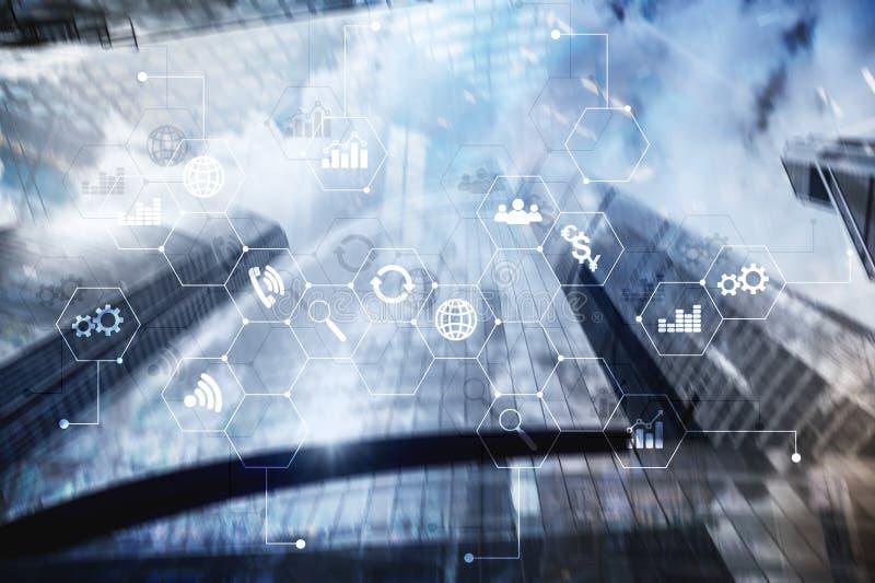 Media misti di doppia esposizione Diagrammi ed icone sullo schermo dell'ologramma Gente di affari e città moderna su fondo fotografia stock