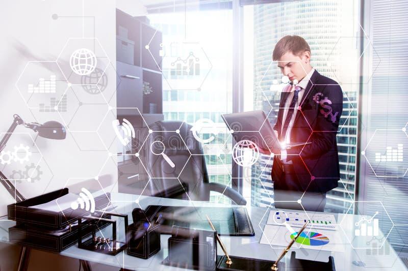 Media misti di doppia esposizione Diagrammi ed icone sullo schermo dell'ologramma Gente di affari e città moderna su fondo immagine stock libera da diritti