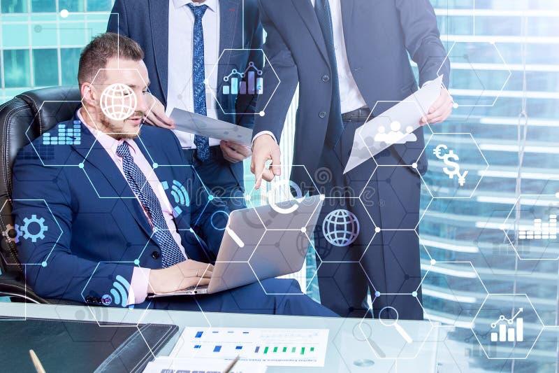 Media misti di doppia esposizione Diagrammi ed icone sullo schermo dell'ologramma Gente di affari e città moderna su fondo immagini stock