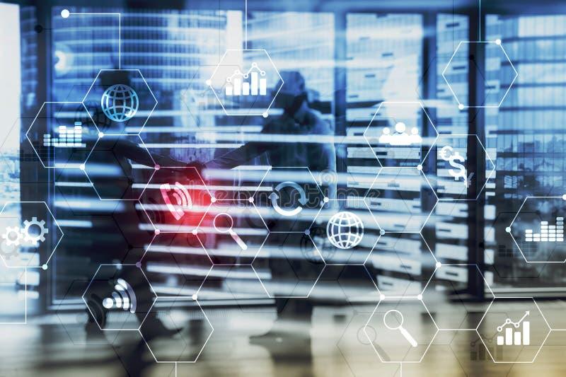 Media misti di doppia esposizione Diagrammi ed icone sullo schermo dell'ologramma Gente di affari e città moderna su fondo immagine stock