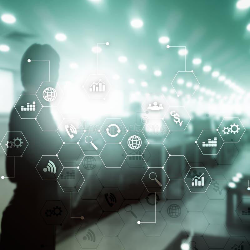 Media misti di doppia esposizione Diagrammi ed icone sullo schermo dell'ologramma Gente di affari ed ufficio moderno su fondo immagini stock