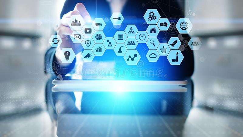 Media misti, icone di business intelligence sullo schermo virtuale, analisi e grande cruscotto dell'elaborazione dei dati fotografie stock