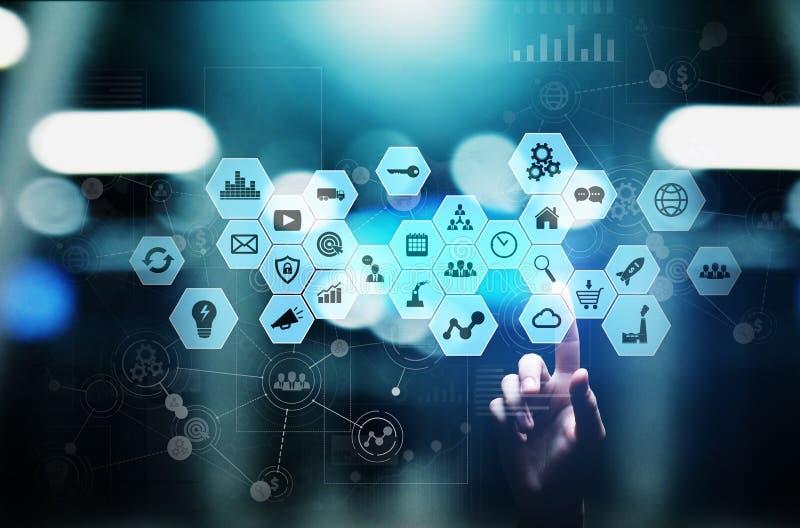 Media misti, icone di business intelligence sullo schermo virtuale, analisi e grande cruscotto dell'elaborazione dei dati Concett fotografie stock libere da diritti