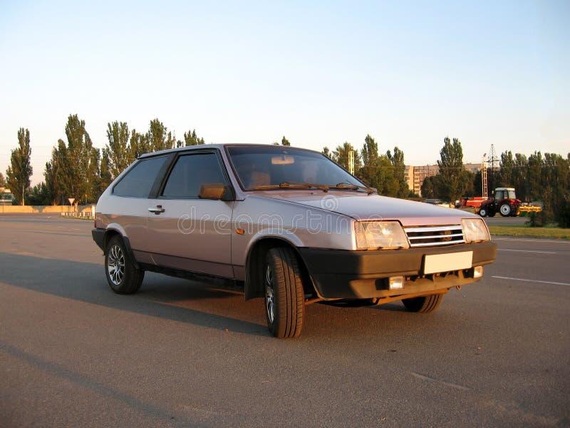 Media opinión de la vuelta de la ventana trasera vieja púrpura del coche foto de archivo libre de regalías