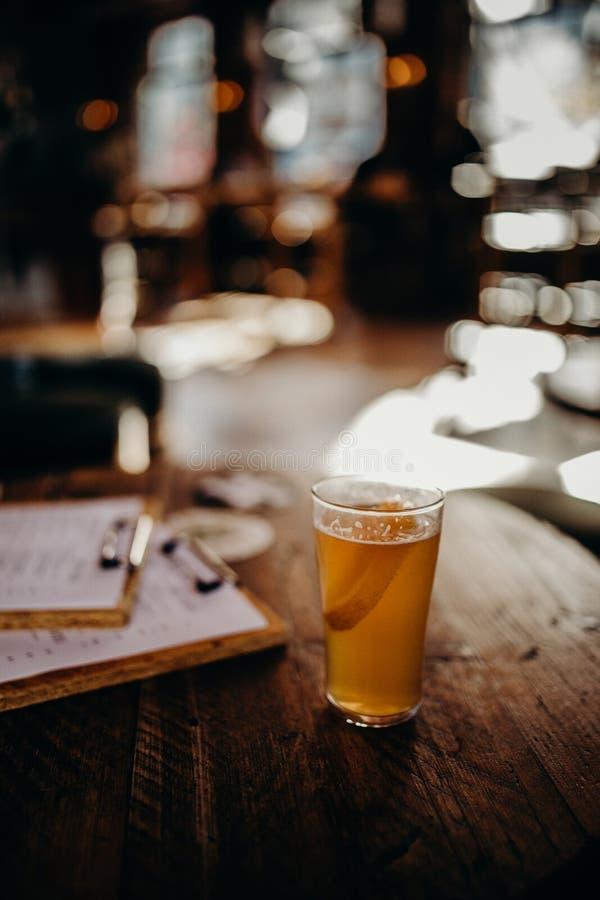 Media pinta de cerveza en una tabla foto de archivo libre de regalías