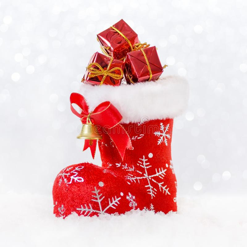 Media roja del ` s de santa con los regalos en la nieve, tarjeta de Navidad imagen de archivo