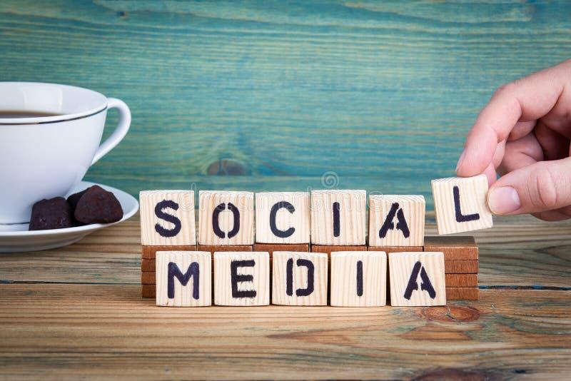 Media sociais Letras de madeira no fundo da mesa de escritório, o informativo e da comunicação foto de stock royalty free