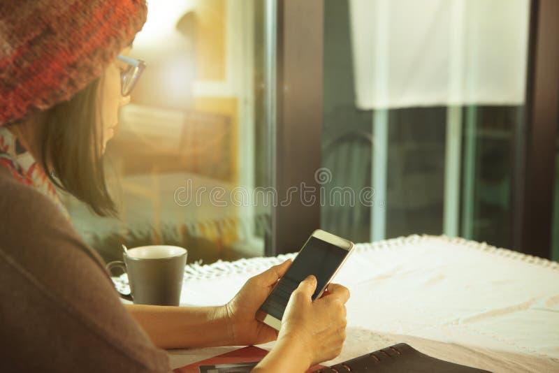 Media social de causerie de femme par utilisation futée de téléphone pour se relier de personnes image libre de droits