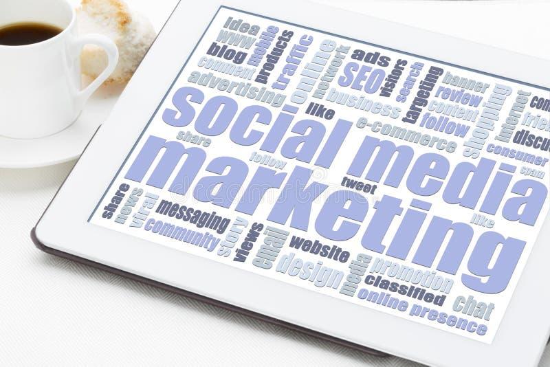 Media social lançant le concept sur le marché sur le comprimé numérique images libres de droits