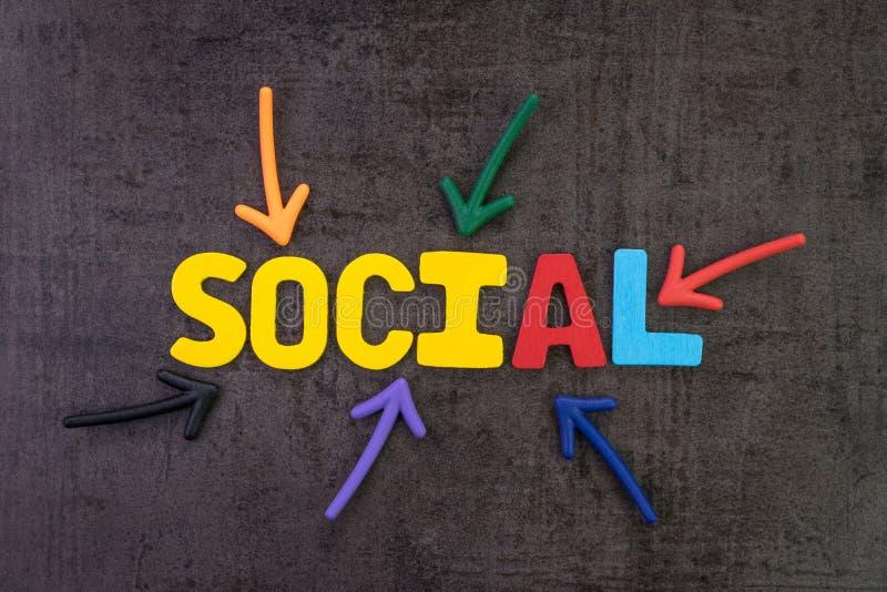 Media social lançant sur le marché dans le concept moderne de communication, coloré photo stock