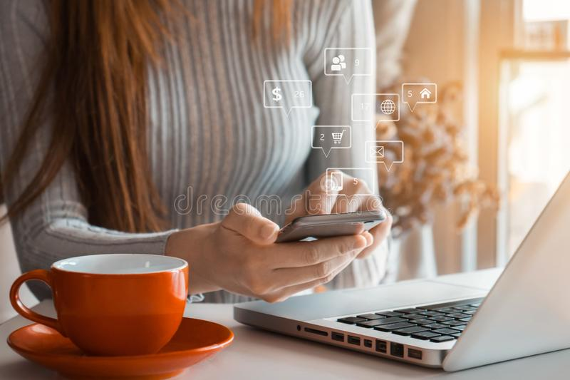 Media sociali e schermo virtuale commercializzante delle icone fotografia stock