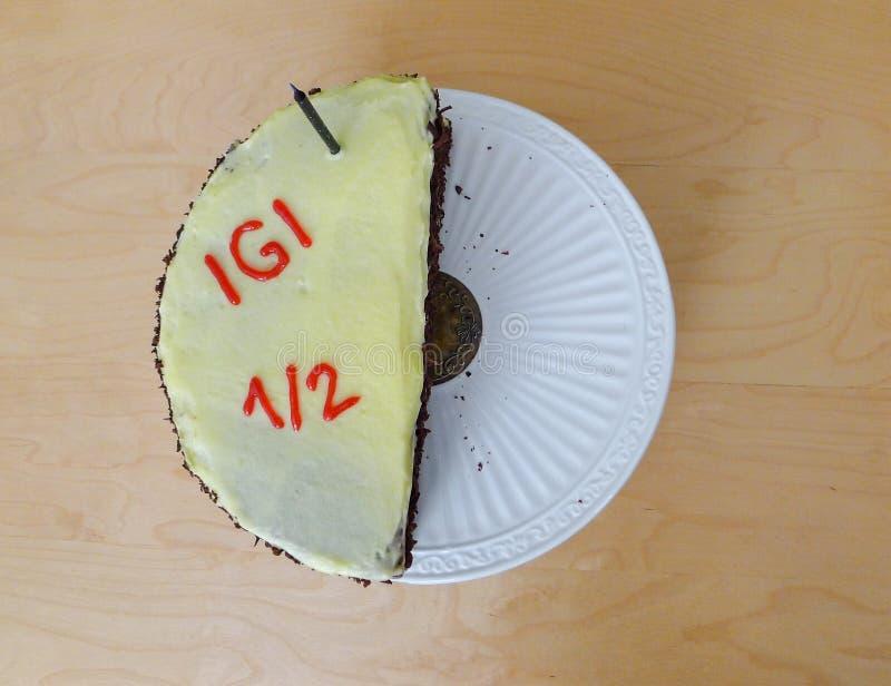 Media torta de cumpleaños del año fotos de archivo libres de regalías