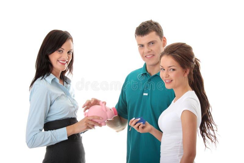 Mediador imobiliário e pares novos fotografia de stock royalty free