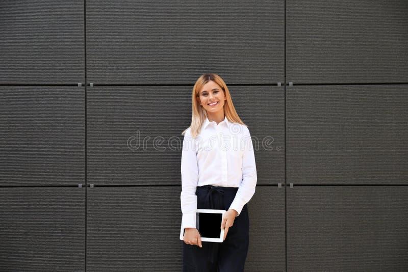 Mediador imobiliário fêmea com tabuleta vazia imagens de stock