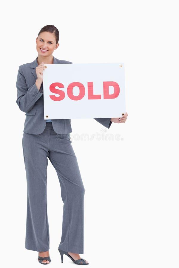 Mediador imobiliário feliz com sinal vendido fotos de stock