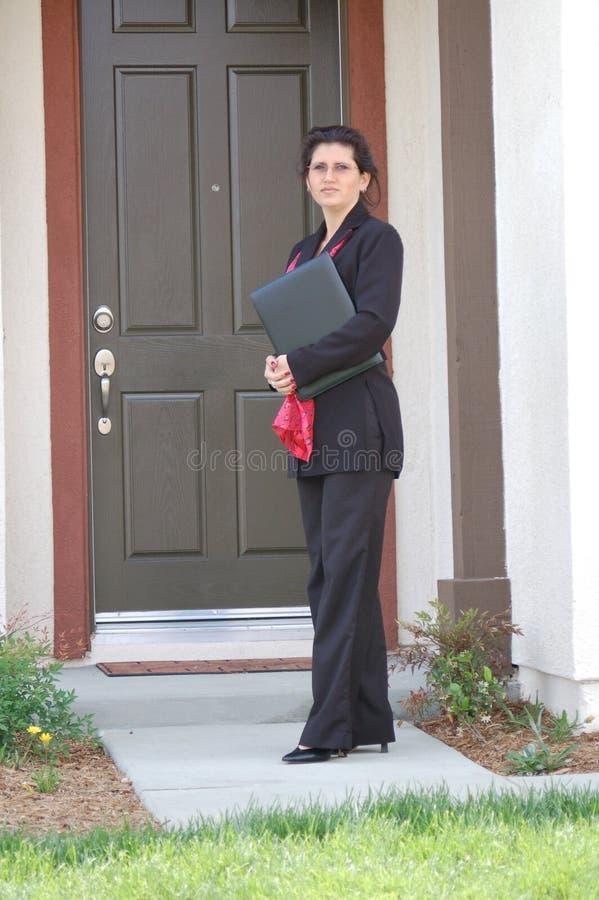 Mediador imobiliário na frente da HOME foto de stock