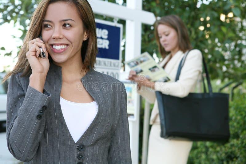 Mediadores imobiliários das mulheres imagem de stock