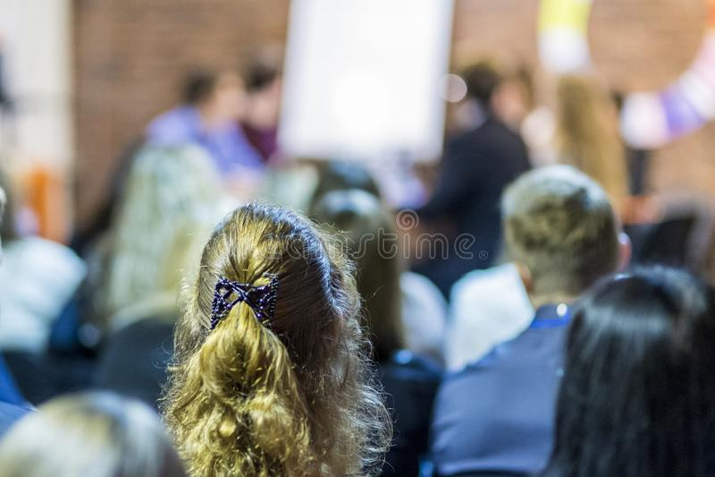 Mediadores profesionales que tienen un debate público en la mesa redonda fotos de archivo