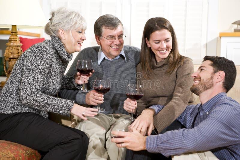 Mediados de-adulto y pares mayores que disfrutan de la conversación imagen de archivo