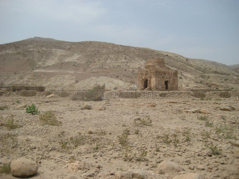 Mediados de desierto del día de Omán entre la costa y las montañas fotografía de archivo