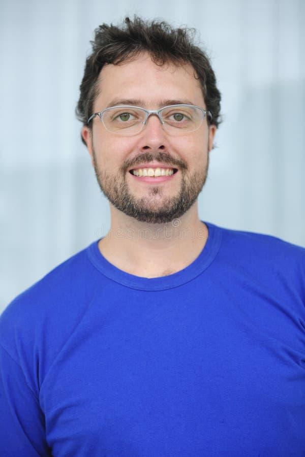 Mediados de hombre adulto con los vidrios y la barba imagen de archivo