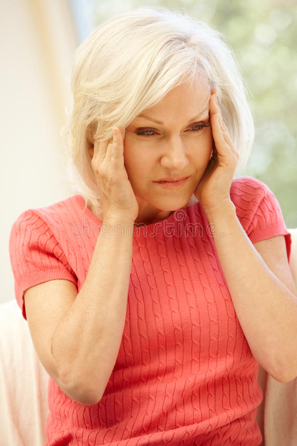 Mediados de mujer de la edad con dolor de cabeza imagen de archivo libre de regalías