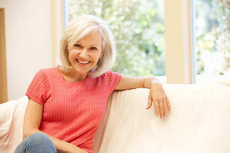 Mediados de mujer de la edad en casa fotografía de archivo libre de regalías