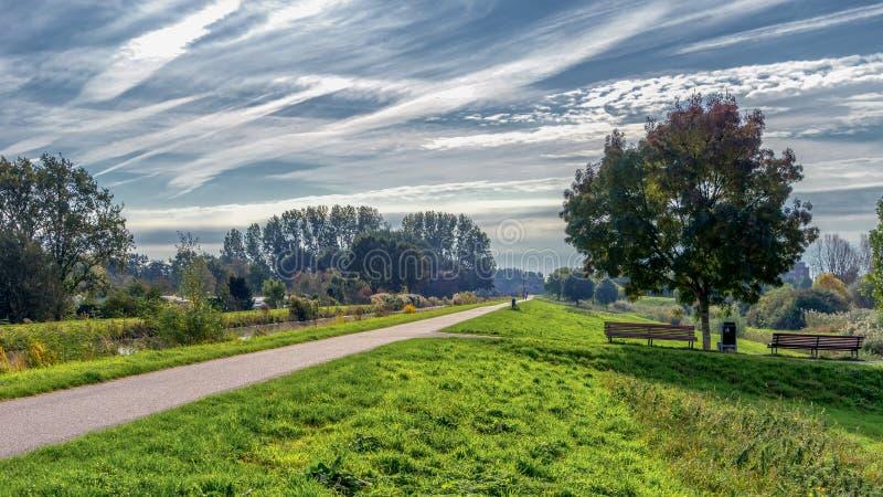 A mediados de octubre paisaje del ciudad-pólder cerca de la cerámica de Delft y de Rijswijk imagen de archivo