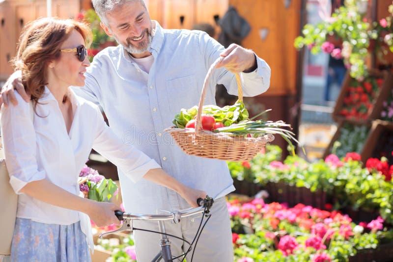 Mediados de pares adultos felices hermosos que vuelven de compras fotografía de archivo