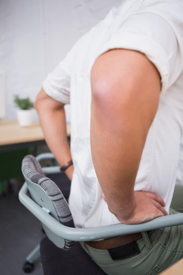Mediados de sección del hombre de negocios que sufre de dolor de espalda imágenes de archivo libres de regalías